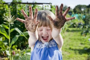 girl-plays-in-the-dirt