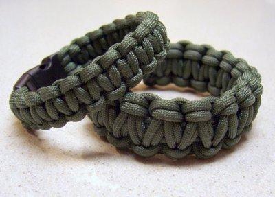 http://www.thedailysheeple.com/wp-content/uploads/2013/11/paracord-bracelet.jpg