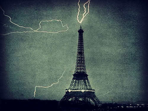 lighting-strikes-eiffel-tower-paris
